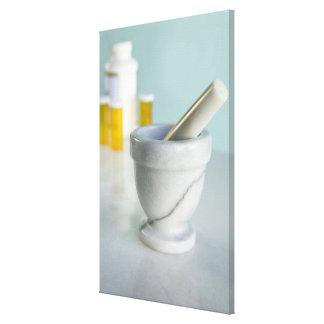 乳鉢および乳棒の背景の薬瓶 キャンバスプリント