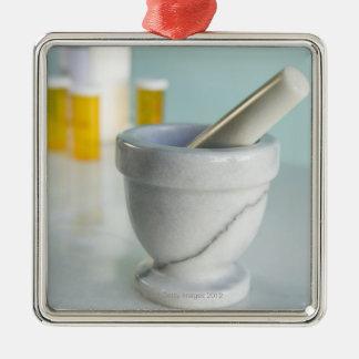 乳鉢および乳棒の背景の薬瓶 メタルオーナメント