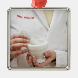 乳鉢および乳棒を握っている薬剤師 メタルオーナメント