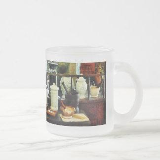 乳鉢、乳棒および白い瓶 フロストグラスマグカップ