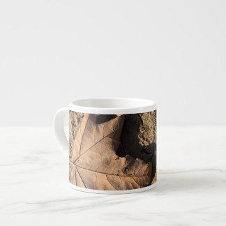 乾燥した汚れた土-秋の写真撮影の死んだ葉 エスプレッソカップ