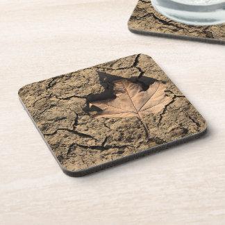 乾燥した汚れた土-秋の写真撮影の死んだ葉 コースター