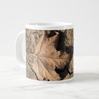 乾燥した汚れた土-秋の写真撮影の死んだ葉 ジャンボコーヒーマグカップ