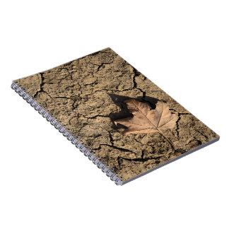 乾燥した汚れた土-秋の写真撮影の死んだ葉 ノートブック