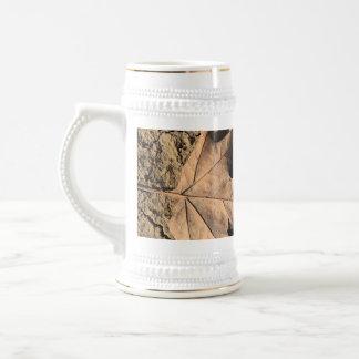 乾燥した汚れた土-秋の写真撮影の死んだ葉 ビールジョッキ