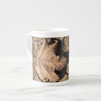 乾燥した汚れた土-秋の写真撮影の死んだ葉 ボーンチャイナカップ