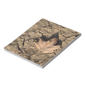 乾燥した汚れた土-秋の写真撮影の死んだ葉 メモパッド