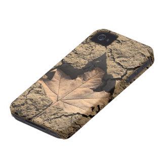 乾燥した汚れた土-秋の写真撮影の死んだ葉 iPhone 4 ケース