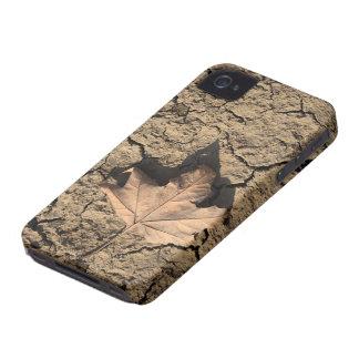 乾燥した汚れた土-秋の写真撮影の死んだ葉 iPhone 4 Case-Mate ケース