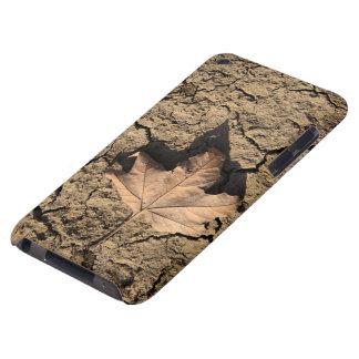 乾燥した汚れた土-秋の写真撮影の死んだ葉 iPod TOUCH カバー