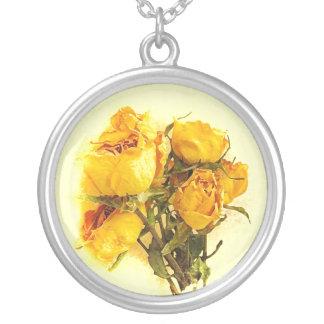 乾燥した黄色のバラ園の花 シルバープレートネックレス