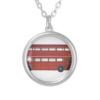 二重デッカーの赤バス シルバープレートネックレス