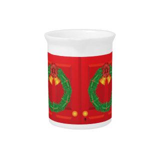 二重赤いドアでつるすクリスマスのリース ピッチャー