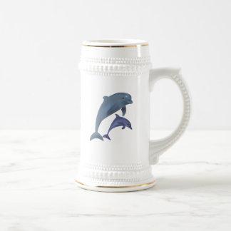 互いの側で跳んでいる2頭の熱帯イルカ ビールジョッキ