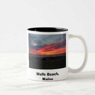 井戸はメイン9-05の井戸を浜に引き上げます、メイン、Se…浜に引き上げます ツートーンマグカップ