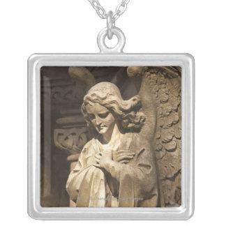 交差させた手を搭載する天使の彫像、ブエノスアイレス シルバープレートネックレス
