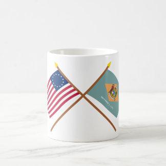 交差させた米国の13星およびデラウェア州州の旗 コーヒーマグカップ