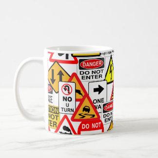 交通標識は襲います-スタイル及び色を選んで下さい コーヒーマグカップ