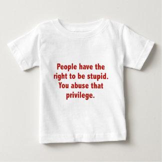 人々に愚かである権利があります。 それを乱用します ベビーTシャツ