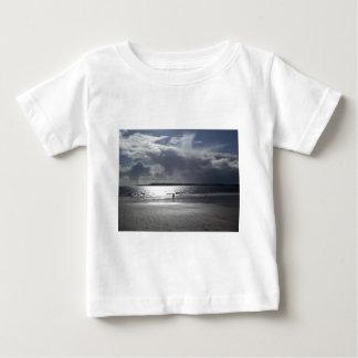 人々の歩くことを用いるビーチ場面 ベビーTシャツ