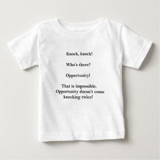 人々を笑わせるおもしろいなノックのノックの冗談 ベビーTシャツ