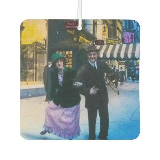 人および女性は通り1900 NYCで踊ります カーエアーフレッシュナー