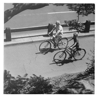 人および男の子のサイクリング タイル