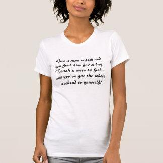 人に魚のTシャツを与えて下さい Tシャツ