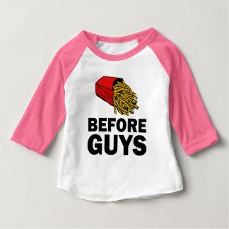 人のおもしろいな女の赤ちゃんのワイシャツの前の揚げ物 ベビーTシャツ