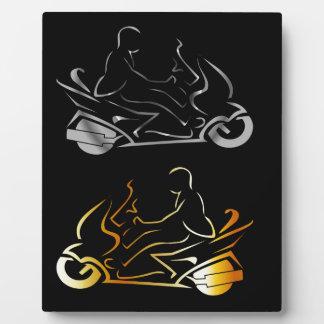 人の身に着けているヘルメットが付いているモーターバイク フォトプラーク