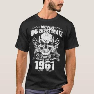 人は1961年に生まれました Tシャツ
