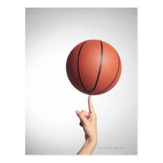 人差し指、手のクローズアップのバスケットボール ポストカード