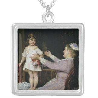 人形および彼女のナース1896年を持つ小さな女の子 シルバープレートネックレス