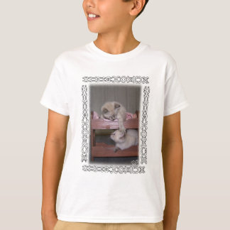 人形の二段ベッドのワイシャツのオオヤマネコポイント子ネコ Tシャツ