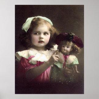 人形の芸術のプリントを持つヴィンテージのビクトリアンな女の子 ポスター