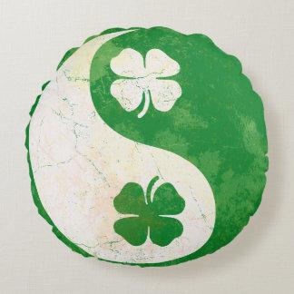 人気があるなアイルランドのシャムロックの陰陽 ラウンドクッション