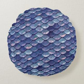 人魚によってはかりで測られる青い円形の枕 ラウンドクッション