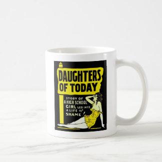 今日の広告の娘の上のレトロのヴィンテージ低俗なPin コーヒーマグカップ