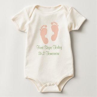 今日第一歩の26.2幼児オーガニックなボディスーツ ベビーボディスーツ