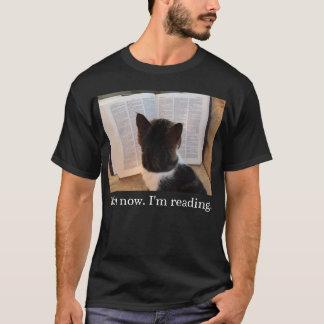 今。 私はティーを読んでいます(デラックスな) Tシャツ