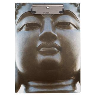 仏の彫像のクローズアップ クリップボード