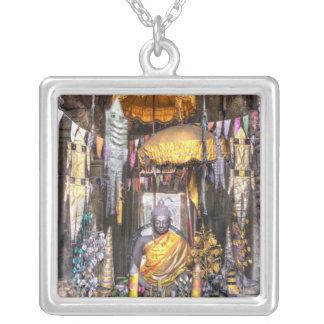 仏教寺院の中の祭壇区域の眺め、 シルバープレートネックレス