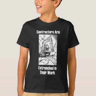 仕事で塹壕で防備される建築業者 Tシャツ