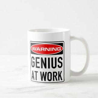 仕事のおもしろいな警告の交通標識の天才 コーヒーマグカップ