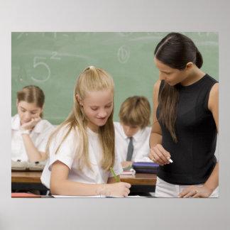他の女生徒を教えているメスの先生 ポスター