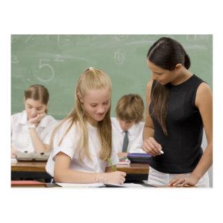 他の女生徒を教えているメスの先生 ポストカード