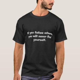 他を後を追えば、決してあなた自身を見つけません Tシャツ