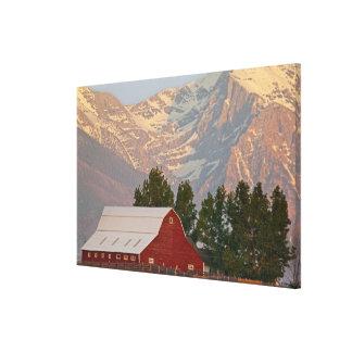 代表団山に対する明るく赤い納屋 キャンバスプリント