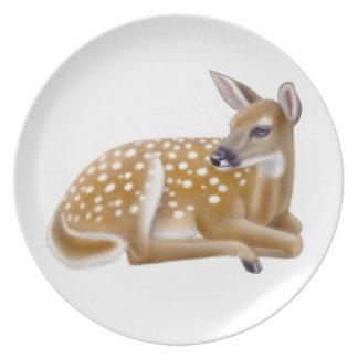 休息のオジロ鹿シカの子鹿のプレート プレート