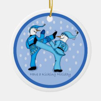 休日のオーナメントのために小競合する空手の雪だるま セラミックオーナメント